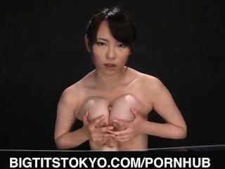 Akane Yoshinaga डिब्बे पर dildo के साथ खेलता है