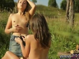 Kaitlyn उसकी जीभ के साथ पीछे दिवस licks