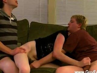नग्न लोग एरन, केली और जेम्स सोफे पर बाहर draping और तैयार कर रहे हैं