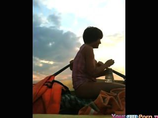 झील पर एक नाव में fucks किशोर