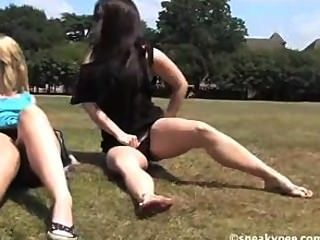 गर्म सुंदर किशोरों पार्क में pissing