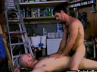 गर्म समलैंगिक जो एक असली आदमी है, और दाऊद निश्चित रूप से उस पर बंद हो जाता है
