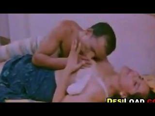 सुडौल भारतीय चूमा हो रही है