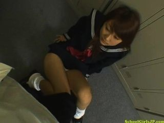 छात्रा उसके घुटनों पर blojwob देने के लॉकर कमरे में मुंह के लिए सह