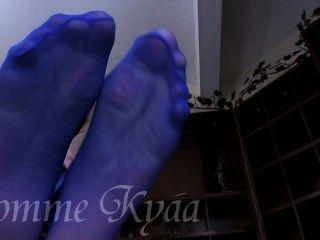 उसके बड़े नीले pantyhose पैर की पूजा