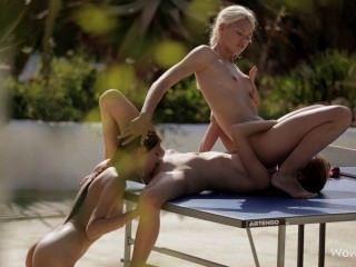 मेज पर समलैंगिक त्रिगुट