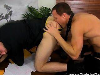 गर्म समलैंगिक सेक्स हर किसी की दोपहर के भोजन के लिए बाहर है, जबकि डंकन और जेसन आनंद