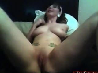 बड़े स्तन के साथ सुपर हॉट टैटू बेब उसे बिल्ली fucks