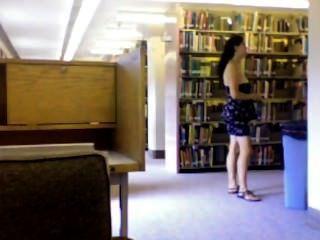 पुस्तकालय में नग्न