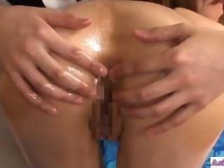 एशियाई लड़की की मालिश करनेवाली के साथ चुंबन उसे गधे पाला है और Fingere हो रही है