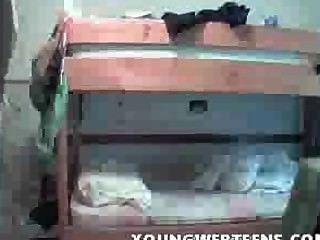 किशोर छात्रावास के कमरे में undressing - वेब कैमरा ऑनलाइन है