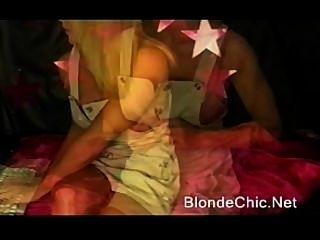 प्रो IFBB खूबसूरत लड़की से मांसपेशियों ठोके