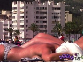 महाकाव्य tanlines और टॉपलेस समुद्र तट पर नकली स्तन पर एक बेधा निपल
