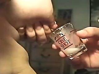 एक शॉट ग्लास में स्तनपान कराने वाली (अनुरोध)