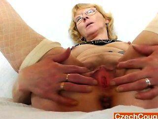 Blondie माँ मुर्गों की एक बीमारी है और उसे बकवास छेद fucks