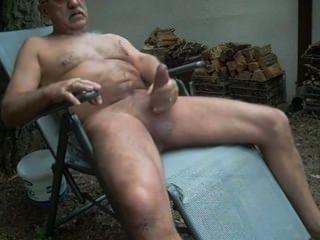 बूढ़े आदमी के बाहर wanking