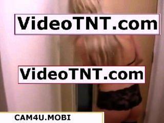 गर्म सुनहरे बालों वाली लड़की सेक्सी काले गेटिस पिज्जा लड़का बाहर कर रही है