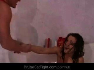 Slutty कमरे साथियों लड़कियों मुश्किल एक अंगूठी के लिए catfighting