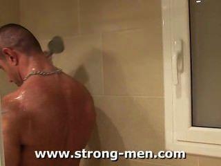 शॉवर में पेशी पुरुष