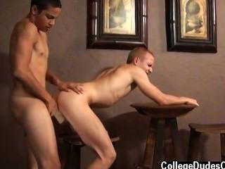नग्न पुरुषों लुकास Vitello केवल 18 हो सकता है, लेकिन वह निस्संदेह को कैसे जानता है