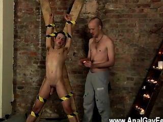 एक दास के चेहरे में समलैंगिक सेक्स थूकना सह