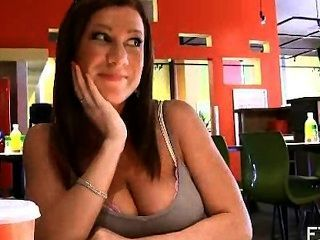 भीड़ भरे रेस्तरां में बड़े स्तन दिखावटी