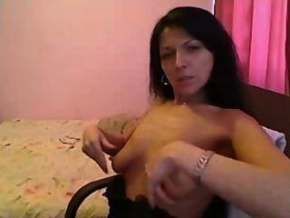 गर्म श्यामला बड़ी प्राकृतिक स्तन के साथ परिपक्व प्लेइंग