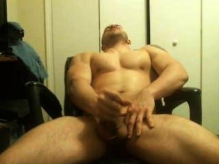 गर्म पेशी आदमी से दूर पता चलता है और वेबकैम पर cums