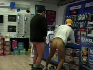 एक ग्राहक एक विक्रेता तस्वीर boutik छिपे हुए कैमरे द्वारा गड़बड़ हो जाता है!देखो !!!!