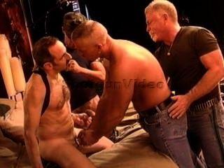 4 मांसपेशियों में परिपक्व दोस्तों एक सीबीटी नंगा नाच किया है।