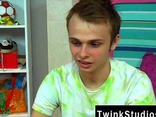 नग्न पुरुषों Skylar राजकुमार दूसरों की तुलना में Twink की एक अलग तरह का है