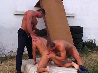 दो सेक्सी पुलिस को एक पुरुष करना