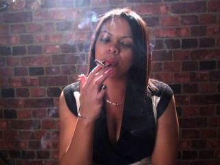 धूम्रपान बुत और धूम्रपान लड़कियों को सिर्फ अपने चेहरे में सबसे अच्छा कर रहे हैं !!