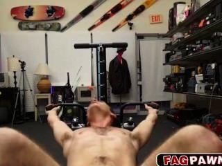 नग्न आदमी इससे पहले कि वह गड़बड़ हो जाता है उसके प्रशिक्षण उपकरणों से पता चलता है