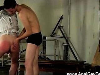 समलैंगिक सेक्स आराध्य Youthfull Twink एक straightjacket में निलंबित किया गया है,