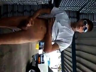 गर्म आदमी झटके और जनता में आउटडोर cums