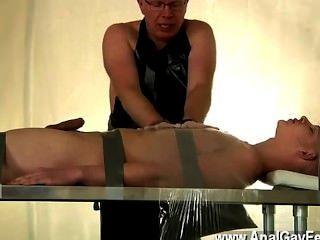 समलैंगिक वीडियो के नीचे बंधे और उसके पिता की दया पर, एलेक्स लिए किया जाता है