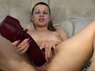 बालों वाली गर्म महिला मुट्ठी और विशाल खिलौना के साथ खुद को fucks