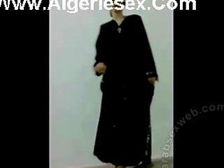 सेक्सी अधोवस्त्र में इराकी पट्टी नृत्य