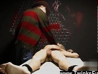 एक अजीब सपना एश्टन कोड़ी में वीडियो twink अप corded और एक से disrobed है