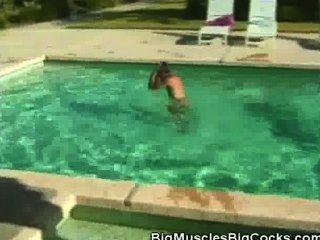 मुर्गा चूसने पूल द्वारा लोभी muscled