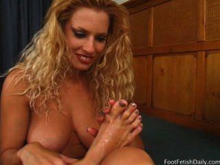 गोल्डी एकल और उसे सेक्सी पैर