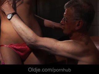 Oldman एक Slutty युवा सफाई लड़की का गधा bonks