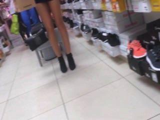 सेक्सी नए जूते की कोशिश कर रही महिला