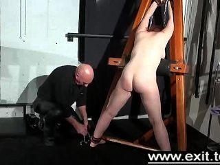 टीना फंस रहे हैं और एक तहखाने में दंडित