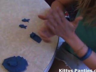 प्यारा किशोरों की किट्टी Playdough साथ खेल रहा है