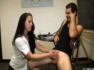 शिक्षक एक दूध देने के साथ छात्र को सज़ा