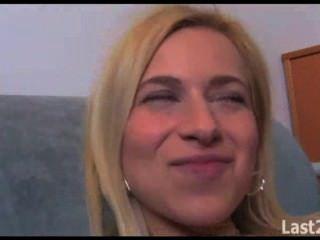 गोरा साक्षात्कार के दौरान jizzed हो जाता है
