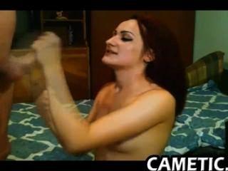 स्कीनी किशोर शौकिया कैमरा पर masturbates