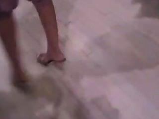 सेक्सी toenails खरीदारी के साथ महिला